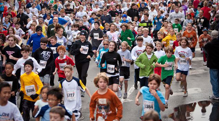 the crowd running at the Turkey Trot