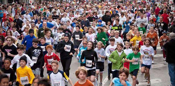 crowd running the Troy Turkey Trot